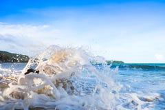 猛冲波浪在岸在雨以后的早晨并且猛冲,特写镜头,纹理 免版税库存图片