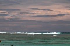 猛冲的海洋和盐水湖偏僻寺院,团聚 库存照片