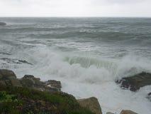 猛冲,在肋前缘Brava, Palamos,西班牙的波浪 库存图片