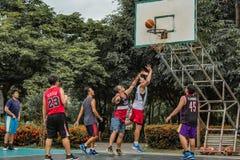 猛击亚伊, Nonthaburi,蓝球运动员菲律宾和泰国 免版税库存照片