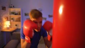 猛击拳击袋子的手套的少年,作梦成为拳击手,健身 股票视频