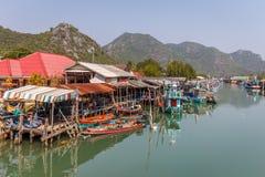 猛击有它五颜六色的小船的Pu渔村 库存照片