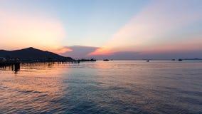 猛击Sare/泰国- 2018年4月14日:在轰隆Sare海滩,梭桃邑区的日落视图在春武里府 免版税库存图片