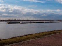 猛拉小船和驳船在密西西比河 免版税库存照片