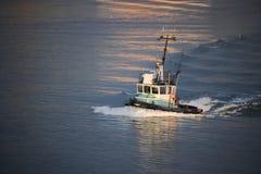 猛拉小船四分之三外形在河的 免版税图库摄影