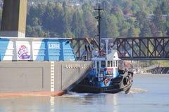 猛拉小船运输大河驳船 免版税库存图片