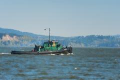 猛拉小船通行证在哥伦比亚河 免版税库存照片