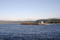 猛拉推挤沿宽哥伦比亚河的两艘被结合的驳船 库存照片