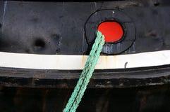 猛拉船靠码头与绳索 免版税图库摄影