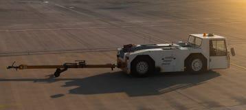 猛拉飞机推迟起飞拖拉机 库存图片
