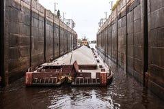 猛拉`门户- 40 `和驳船,伏尔加河,俄罗斯联邦的沃洛格达州oblast 2017年9月29日 猛拉`门户- 40 免版税图库摄影
