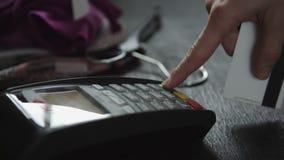 猛击信用卡的手在商店 股票录像