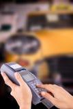 猛击信用卡的手对保留出租汽车 库存照片