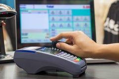 猛击信用卡的手 免版税库存照片
