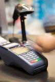 猛击信用卡的手 免版税库存图片