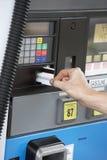 猛击卡片的妇女的手在燃料驻地 库存图片