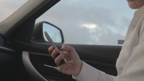 猛击在一个手机的商人 股票录像