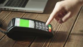 猛击在POS终端的手信用卡 影视素材