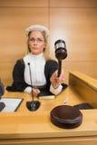 猛击她的锤子的严厉的法官 免版税库存照片
