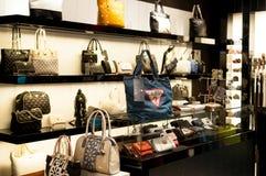 猜测提包和钱包时尚商店 库存图片