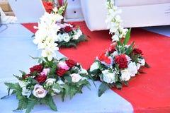 猩红色和白玫瑰花束婚姻的 库存照片