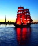 猩红色风帆。 彼得斯堡不眠夜  库存图片