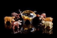 猪小雕象做了石华,碧玉,玻璃,在黑背景的金子 免版税库存照片