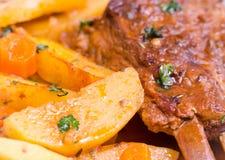 猪排和被烘烤的土豆用荷兰芹 免版税图库摄影