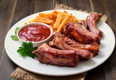 猪排和西红柿酱在白色板材 免版税库存照片
