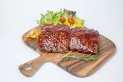 猪排烤肉服务用油煎的沙拉和法语 免版税库存图片