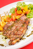 猪排牛排用在餐馆的chilii调味汁 免版税库存图片