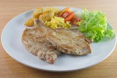猪排牛排用油煎的沙拉和法语 库存图片