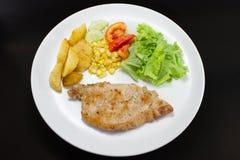 猪排牛排用油煎的沙拉和法语 免版税库存照片