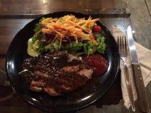 猪排用新鲜蔬菜沙拉 库存图片