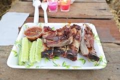 猪排用泰国样式辣调味汁和黄瓜 库存照片