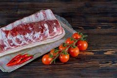 猪排肉,蕃茄,土豆,葱,大蒜,辣椒,葱,加香料准备好 免版税图库摄影