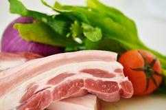 猪肉、绿色菜、葱和蕃茄,各种各样的菜 免版税库存图片