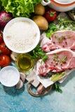 猪肉两个片断在切板和新鲜食品的 库存照片