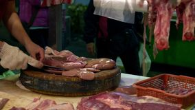 猪肉使用刀子裁减未加工的肾脏的店主的慢动作手在木委员会 股票视频