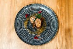 猪肉充塞用在一个黑色的盘子的虾 免版税库存图片