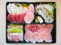 猪肉切片、大虾、面条和乌贼切片在板材 免版税图库摄影
