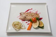 猪肉半生半熟与烤夏南瓜一道配菜调味了酸果蔓酱 图库摄影