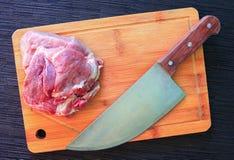 猪肉和刀子在木板 由厨师刀子的切口肉 免版税库存照片