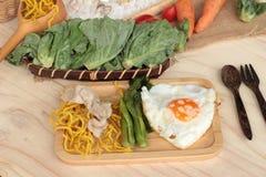 猪肉和小汤-中国食物油煎的面条  库存照片