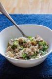 猪肉和蘑菇沙拉酱肉用在一蓝色背景vert的米 库存图片