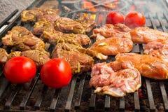 猪肉在一个大格栅的牛排烘烤 库存图片