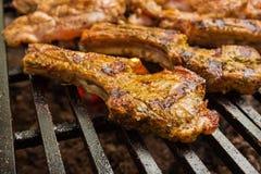 猪肉在一个大格栅的牛排烘烤 免版税库存照片