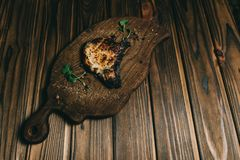 猪肉在一块woPork骨头牛排的骨头牛排在委员会木背景与honoden背景用蜂蜜 委员会板岩 见座,胡椒 图库摄影