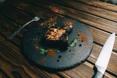 猪肉在委员会木背景的骨头牛排用kenzy的蜂蜜,胡椒 库存图片