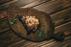 猪肉在委员会木背景的骨头牛排用kenzy的蜂蜜,胡椒 库存照片